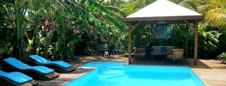 Location de gites deshaies en guadeloupe g te bois for Bungalow martinique avec piscine pas cher